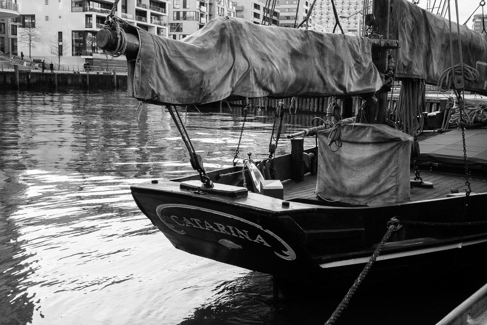 Der historische Segler Catarina festgemacht im Sandtorhafen in der Hamburger Hafencity