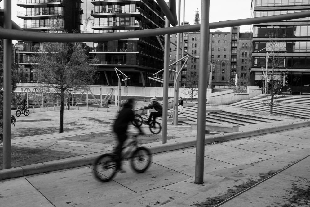BMX Radfahrer auf den Magellan-Terrassen in der Hamburger Hafencity