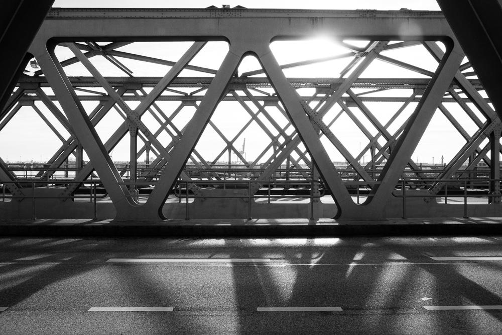 Blick durch die Stahlkonstruktion der Magdeburger Brücke nach Süden