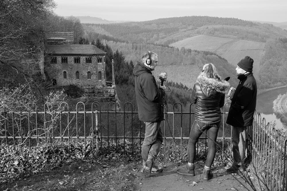 Aussichtsplattform mit Blick auf die Klause bei Kastei-Staat am Steilhang zur Saar.