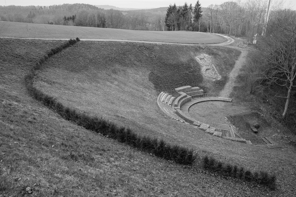 Blick auf das teilrekonstruierte Römische Theater am östlichen Rand des Plateaus
