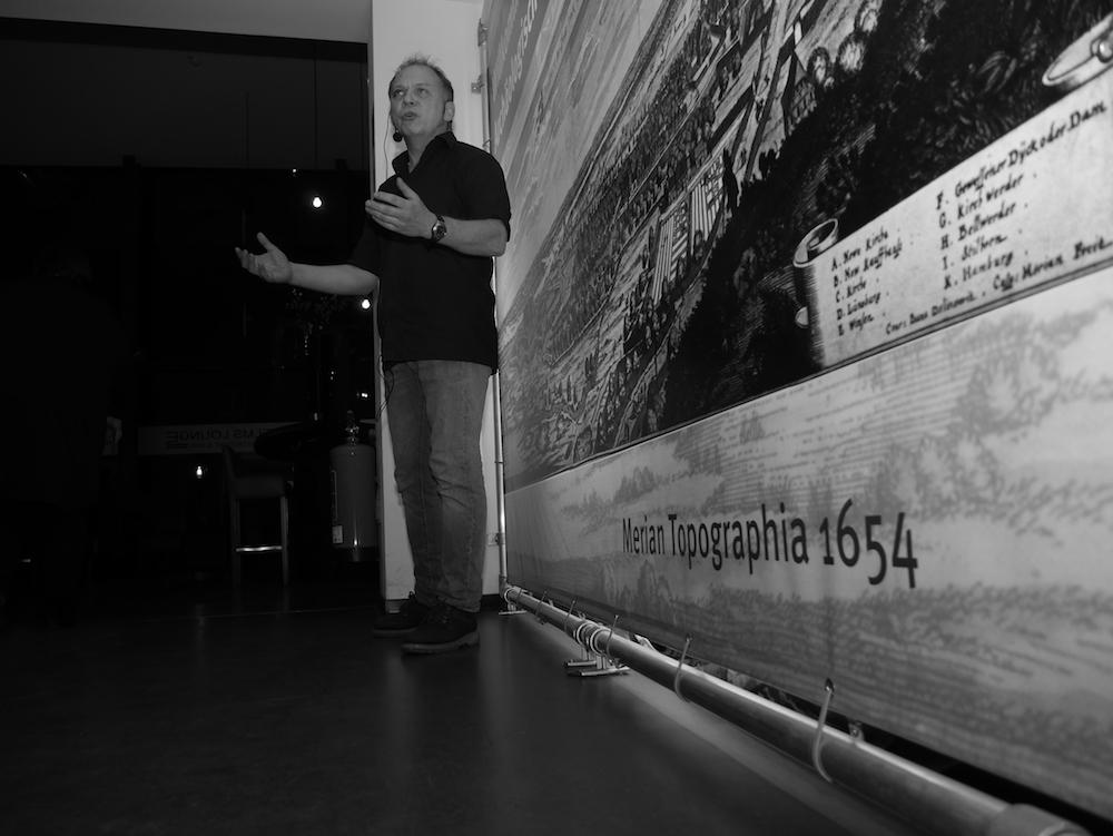 Kay Peter Suchowa startet die Führung durch die Ausstellung im Archäologischen Museum Hamburg