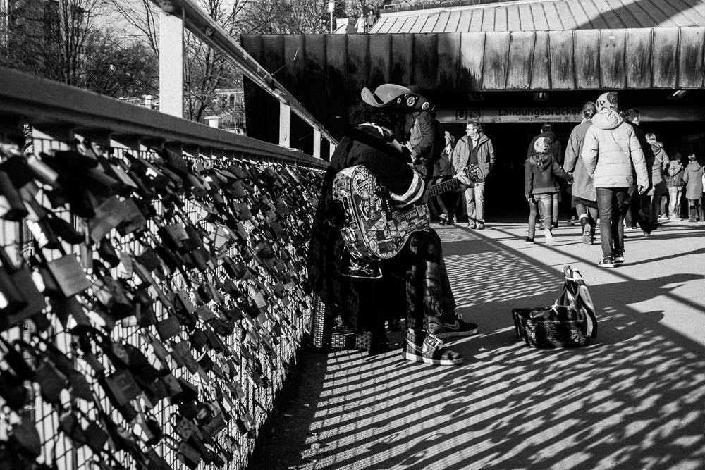 Straßenmusiker vor der U-Bahn Haltestelle Landungsbrücken