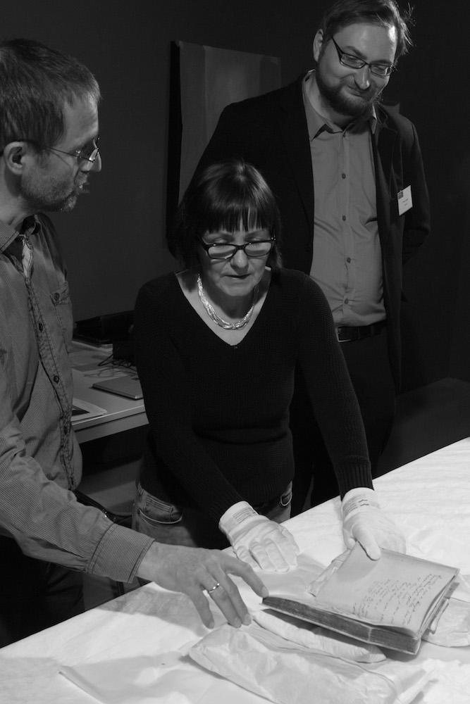 """Mirko Gutjahr (ganz rechts) bei der Arbeit - Als Kurator der Ausstellung """"Luther! 95 Schätze – 95 Menschen"""". Foto Thomas Bruns"""