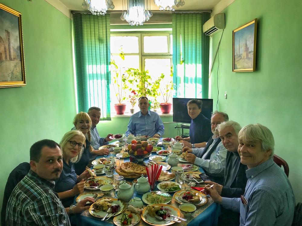 Die deutsche Delegation beim Essen in Daşoguz