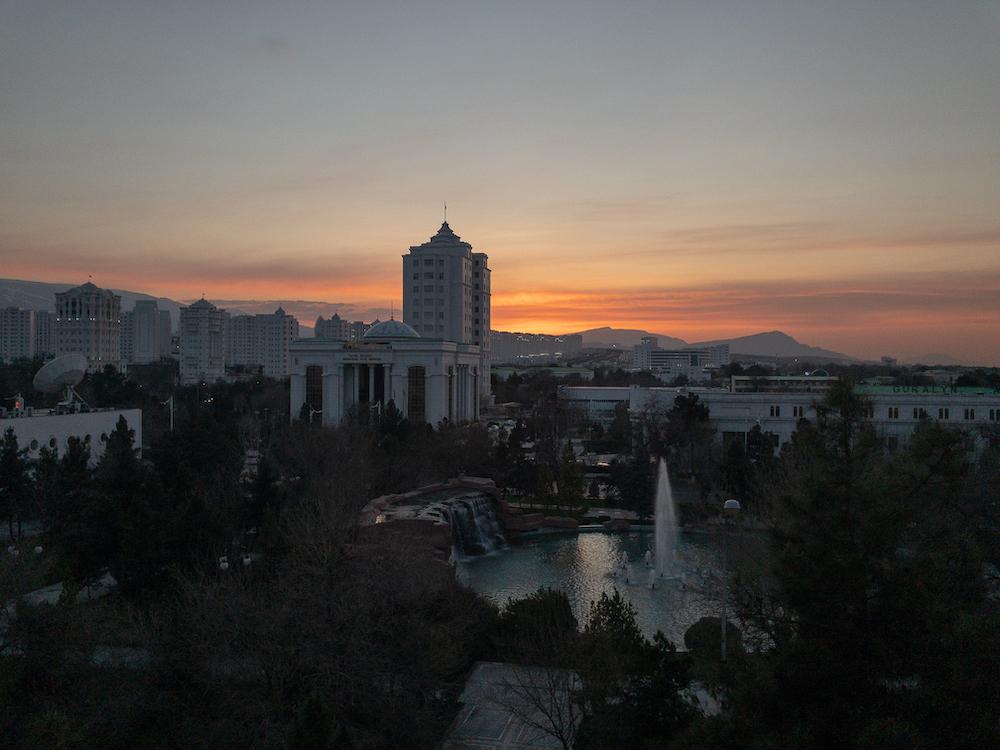 Nachts in Aşgabat, im Hintergrund das Kopet-Dag-Gebirge.