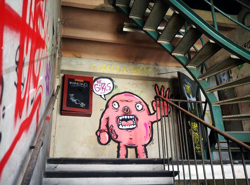 Aufstieg: Treppenhaus mit Graffiti