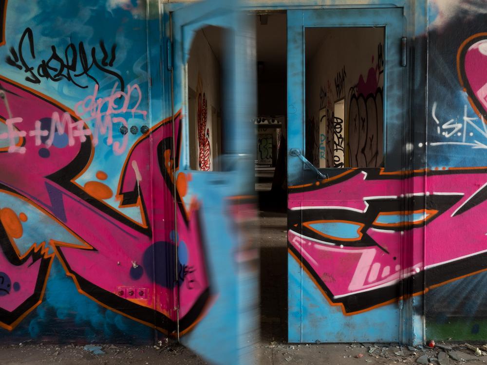Farbig: Streetart auf Kantinentür und im Labor der Fabrik.