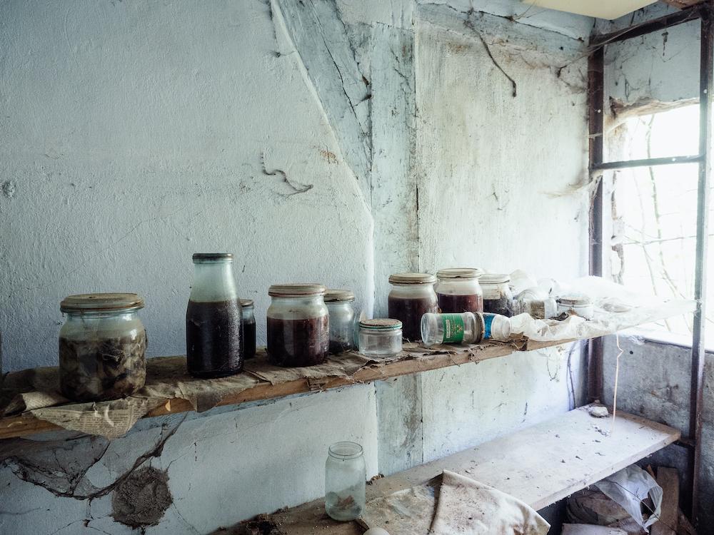Unberührt: Die Speisekammer eines verlassenen Bauerhauses.