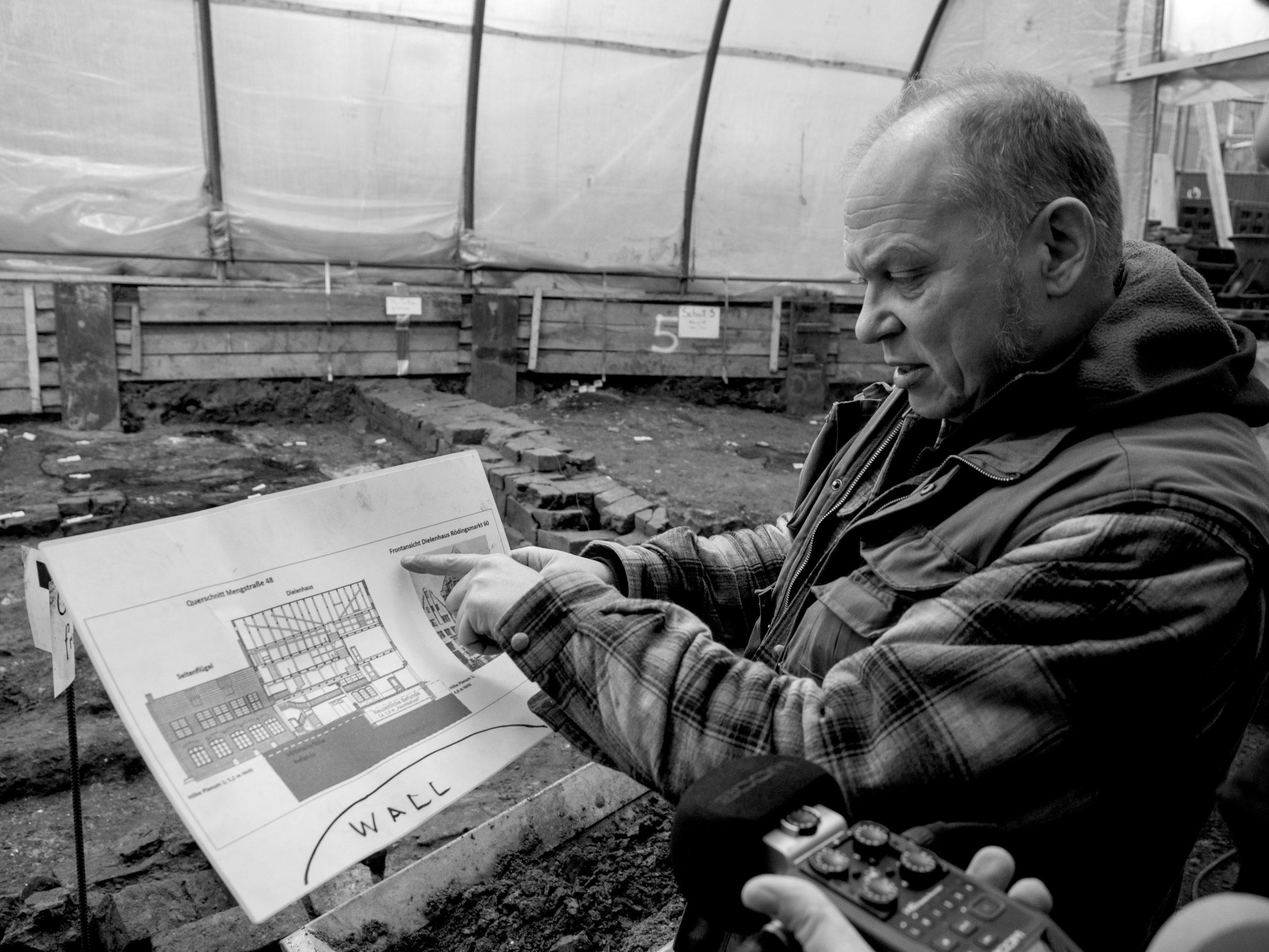 Kay-Peter Suchowa - Grabungsleiter erklärt die Grabungssituation