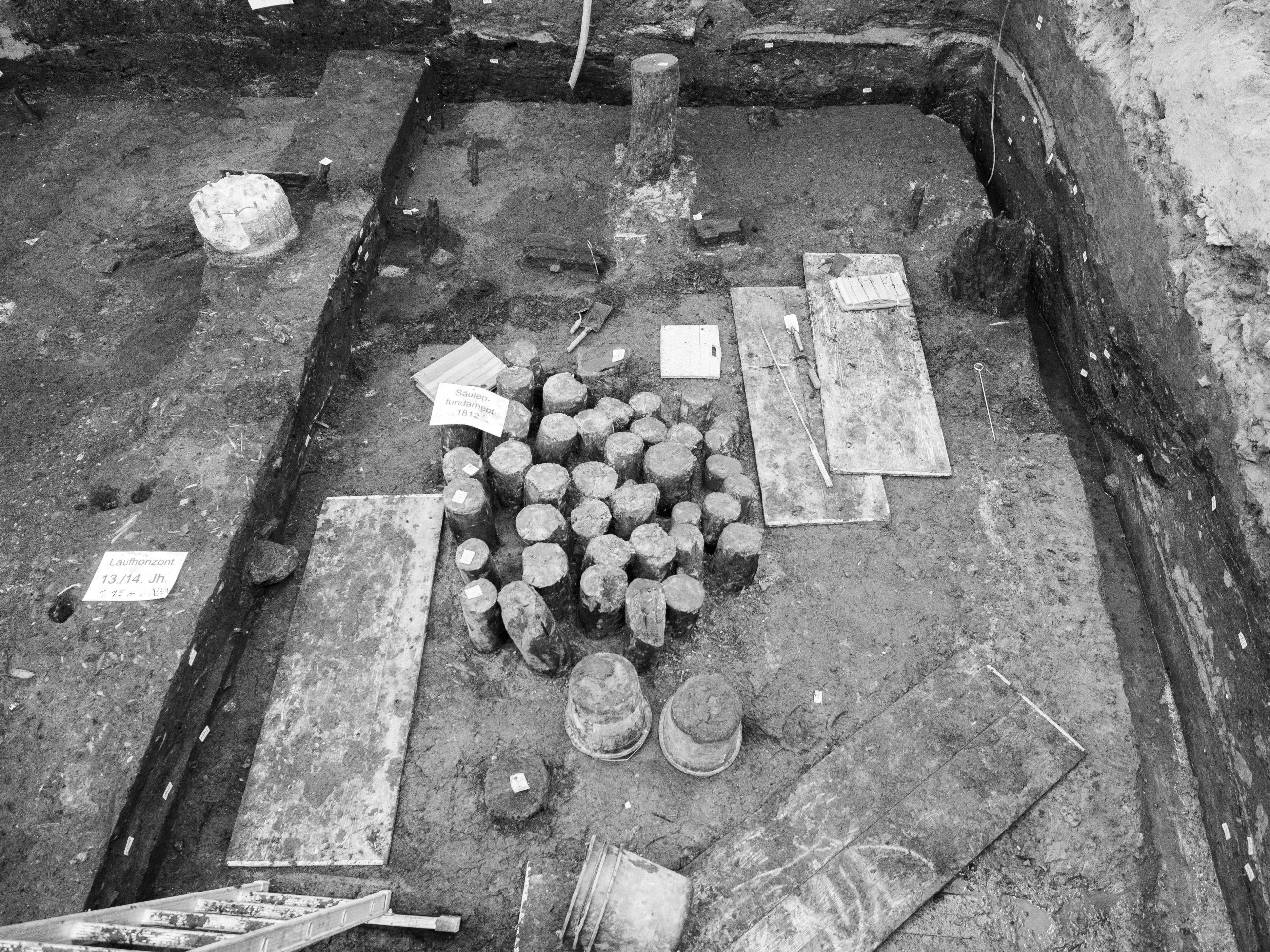 Fundamente aus Hartholzstämmen sorgten dafür, dass die Gebäude nicht in der Marsch versinken
